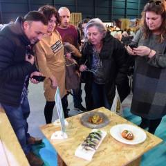 El público observa los platos en la zona de exposición.